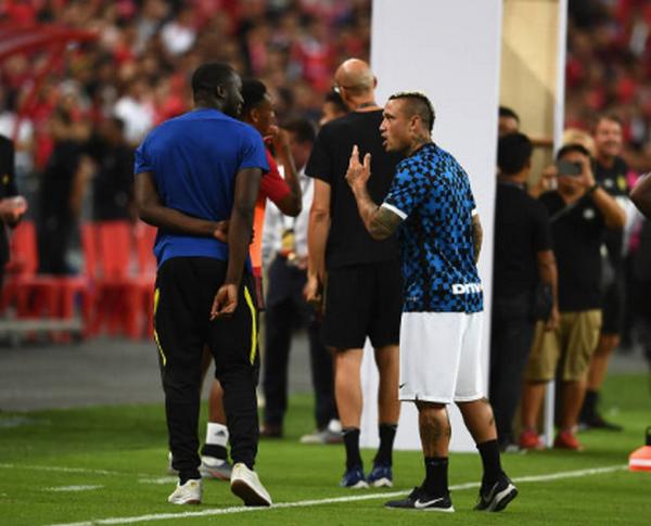 Ngồi xem đồng đội thi đấu và đây là thái độ của Lukaku - Bóng Đá