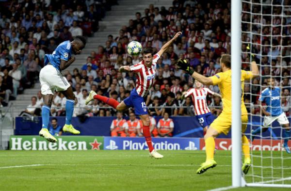 Khuôn mặt đáng thương, trọng tài trận Atletico vs Juve gục ngã trên thảm cỏ - Bóng Đá