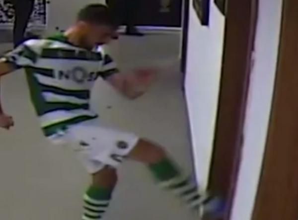 Ăn thẻ đỏ, Bruno Fernandes có hành động khó tin - Bóng Đá