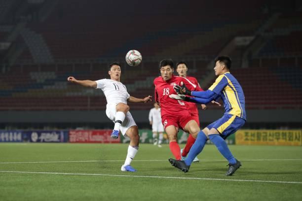 Không được trực tiếp, 'derby' Hàn-Triều còn không có khán giả - Bóng Đá