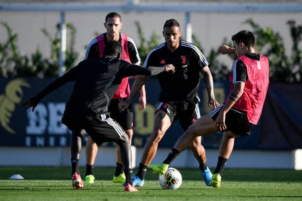 Quên nỗi buồn đội tuyển, Ronaldo cười tươi chụp ảnh cùng 2 ngôi sao này - Bóng Đá