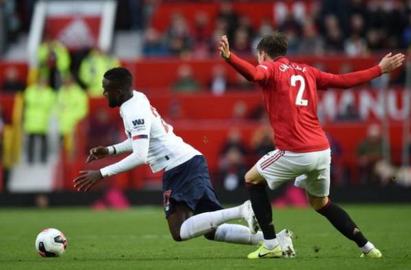 Đi ngược nguyên tắc, VAR tại Premier League đang biến trọng tài thành 'trò hề' - Bóng Đá