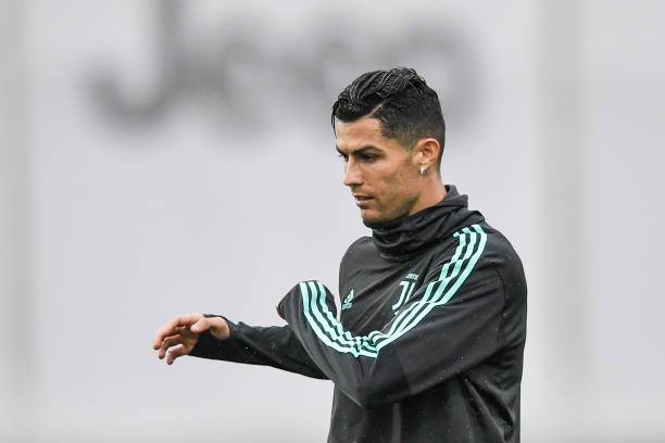 'Kẹp cổ' đồng đội, Ronaldo vui đùa dưới cơn mưa tầm tã - Bóng Đá