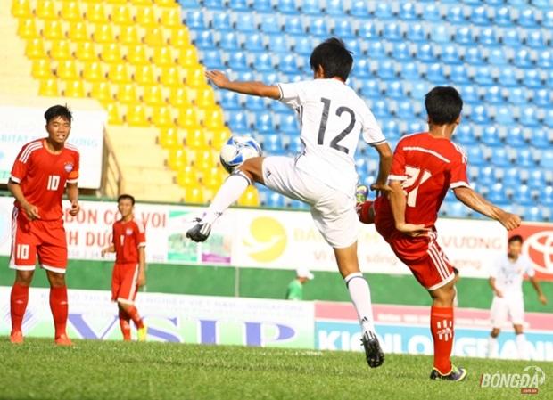 """Trọng Huy (áo đỏ, số 10) được tăng cường cho U16 Bình Dương với nhiệm vụ """"bắt chết"""" Kubo Takefusa (áo trắng số 12). Ảnh: Quang Thịnh"""