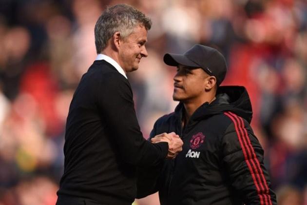 Alexis Sanchez vẫn trụ lại Old Trafford.
