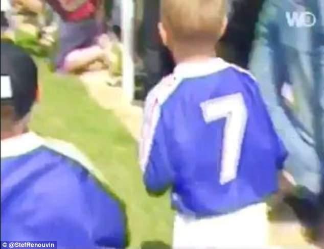 Hình ảnh vô cùng đáng yêu của Griezmann 20 năm trước khi xin chữ kí tuyển thủ Pháp - Bóng Đá