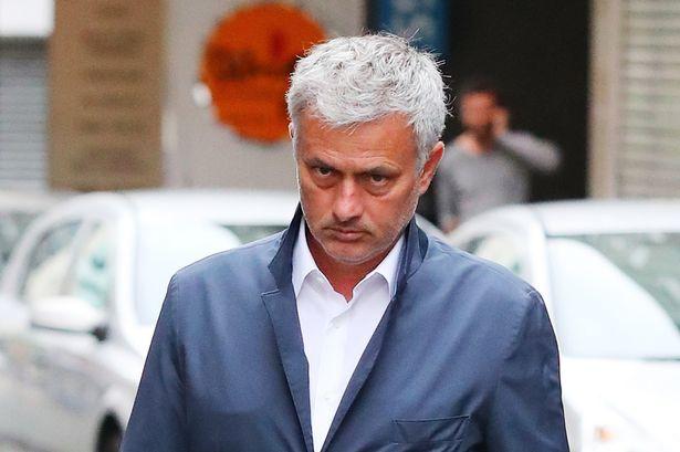 Nhân viên khách sạn tiết lộ hành động của Mourinho với các cầu thủ trước trận gặp Valencia - Bóng Đá