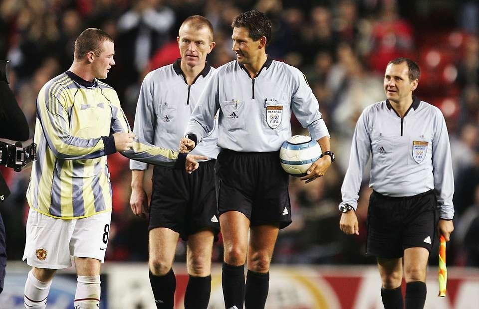 Phản ứng đặc biệt của Sir Alex khi Rooney muốn xin quả bóng trong trận ra mắt - Bóng Đá