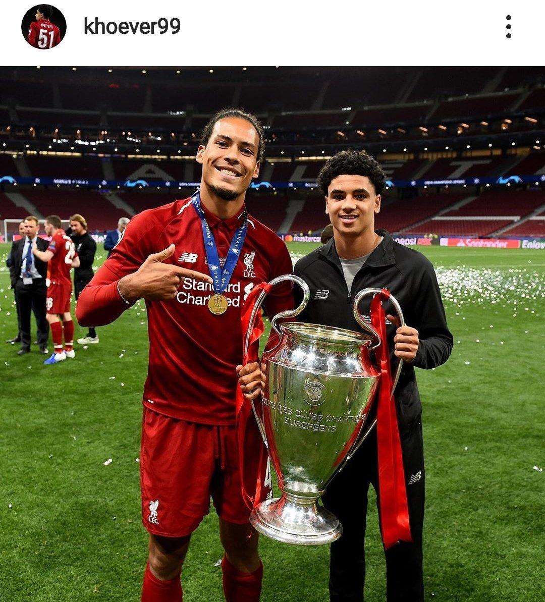 Sao trẻ Liverpool bị đàn anh dỗi vì chỉ chụp hình với Van Dijk - Bóng Đá