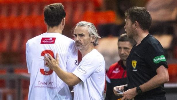 HLV 50 tuổi vào sân thay người, giúp đội nhà giành chiến thắng - Bóng Đá