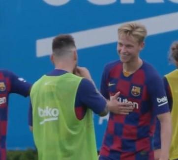 Frenkie de Jong hớn hở trong lần đầu chạm mặt Messi - Bóng Đá