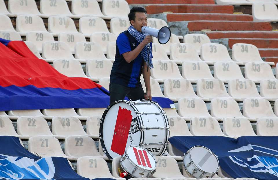 Sole Cambodia fan chanted for the full 90 minutes despite 14-0 loss to Iran - Bóng Đá