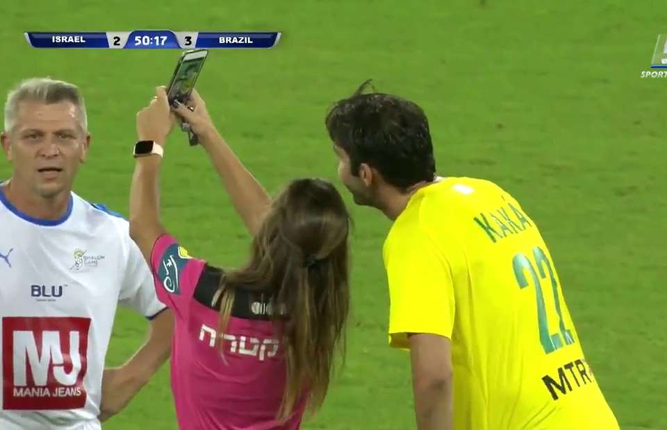 Referee shows Kaka a yellow card before taking a selfie with him during the game - Bóng Đá