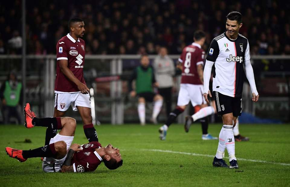 Torino's Armando Izzo produced some incredible acting to try and get Cristiano Ronaldo sent off - Bóng Đá