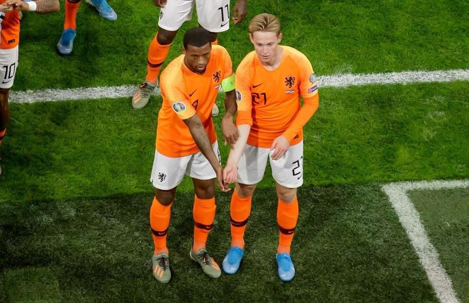 Gini Wijnaldum and Frenkie de Jong combine to send powerful anti-racism message with goal celebration - Bóng Đá