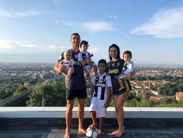 BOY NEXT DOOR Cristiano Ronaldo is 'ideal neighbour' reveals woman who lives next door to Juventus star - Bóng Đá
