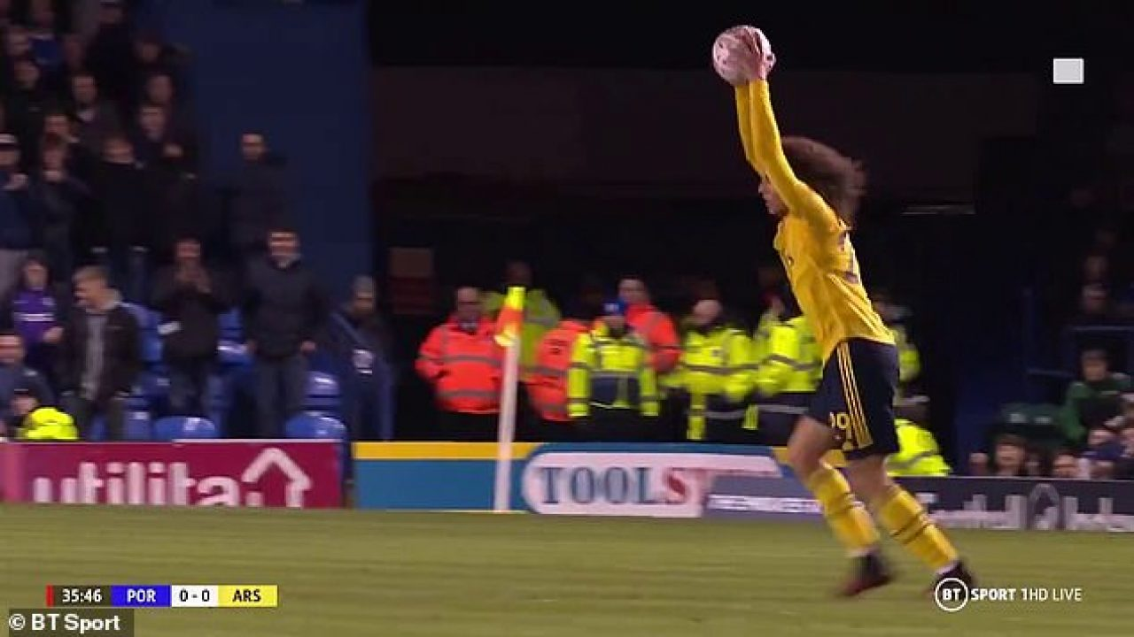 Mike Dean books Matteo Guendouzi for sarcastically putting the ball on the floor - Bóng Đá