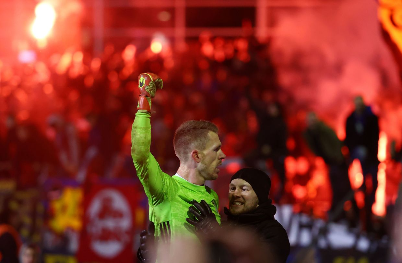 Goalkeeper saves FIVE penalties to help fourth-tier Saarbrucken set up German Cup semifinal with Bayern Munich (VIDEO) - Bóng Đá