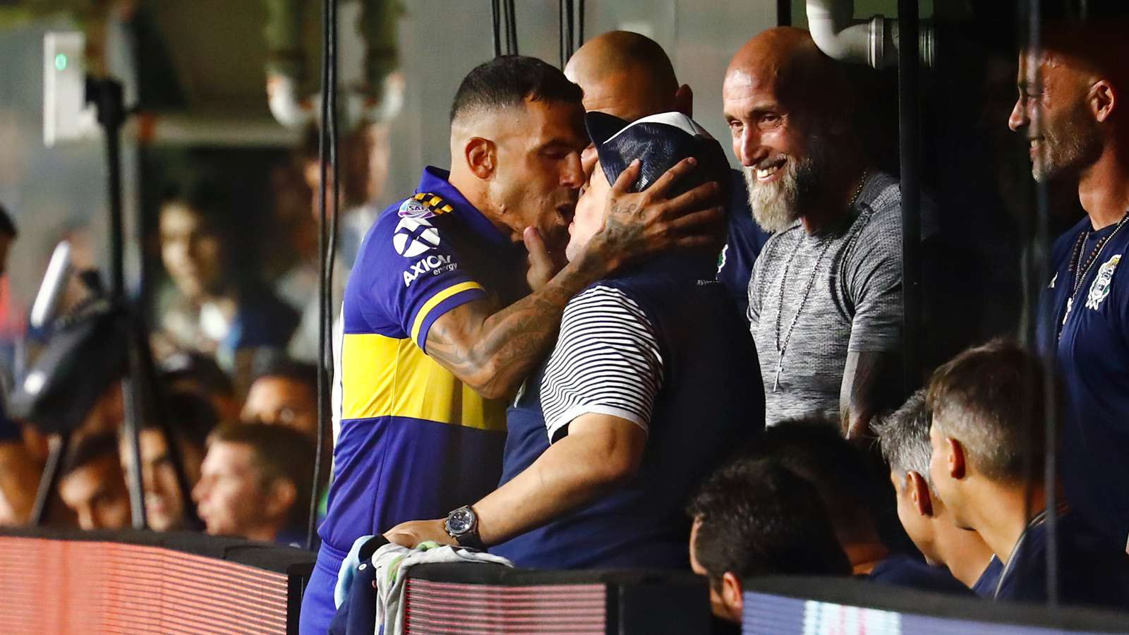 Tevez explains Maradona kiss prior to Boca Juniors' title victory - Bóng Đá