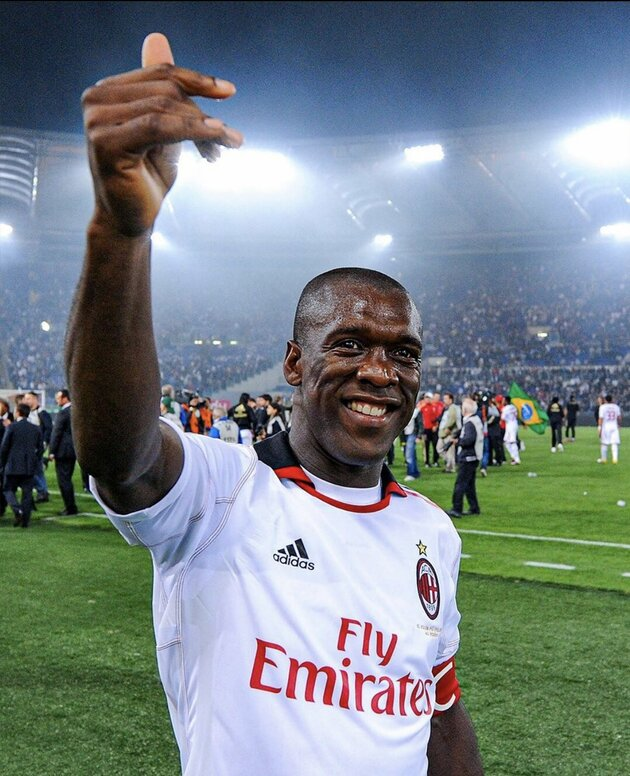 Clarence Seedorf, 44, shows off absolutely ripped beach body as AC Milan legend enjoys summer break - Bóng Đá