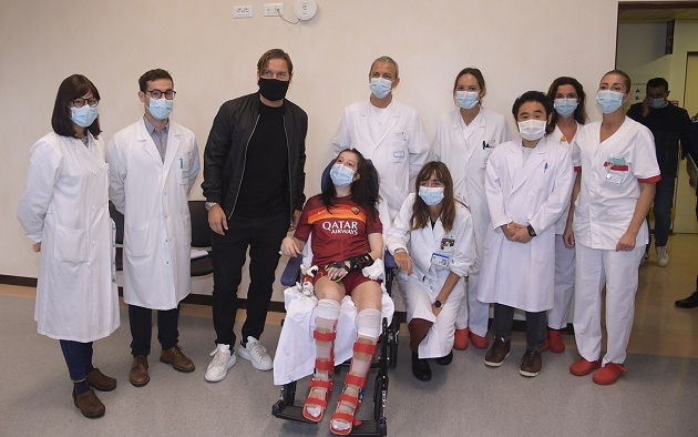 Totti visits Ilenia, the girl who came out of the coma: 'We cried together' - Bóng Đá