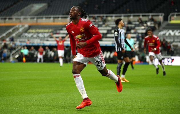 Aaron Wan-Bissaka xúc động mạnh sau khi ghi bàn thắng đầu tiên cho M.U - Bóng Đá