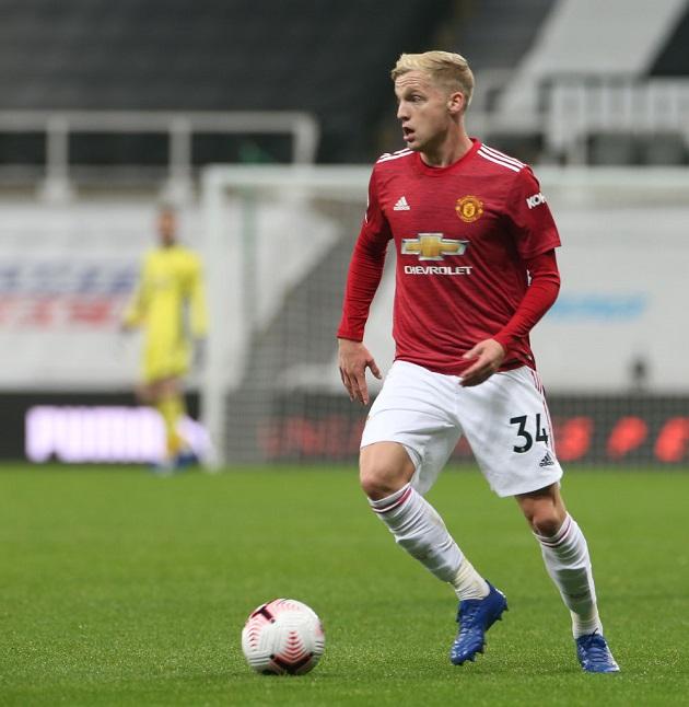 Fans call for Van de Beek to start for United against PSG - Bóng Đá