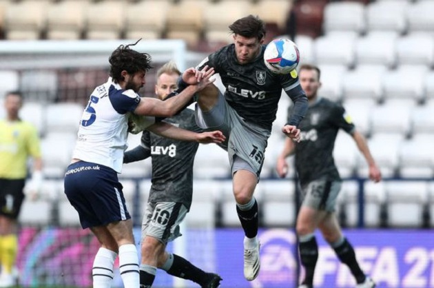 Preston 1-0 Sheffield Wednesday: Darnell Fisher grabs Callum Paterson's private parts during game - Bóng Đá