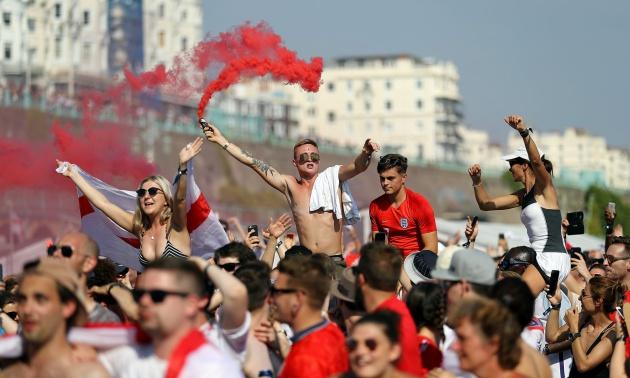 Chùm ảnh: Người dân Anh vỡ oà cảm xúc sau chiến thắng của đội nhà trước Thuỵ Điển - Bóng Đá
