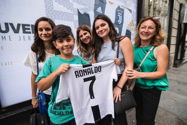 Juventus đã bán hết hơn nửa triệu chiếc áo của Ronaldo chỉ trong 24 tiếng - Bóng Đá
