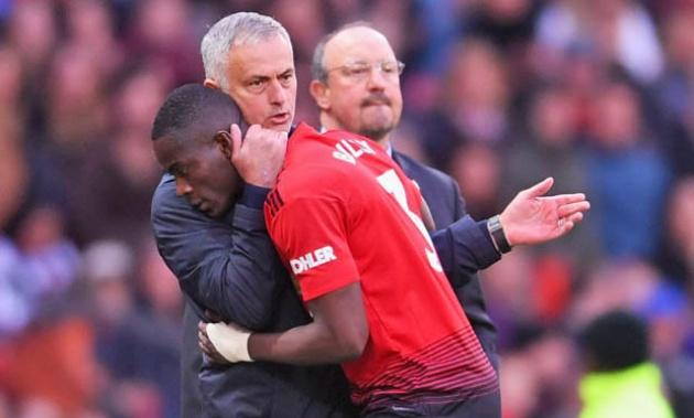Mourinho hành xử bất ngờ với Bailly sau khi thay ra ngay phút 19 - Bóng Đá