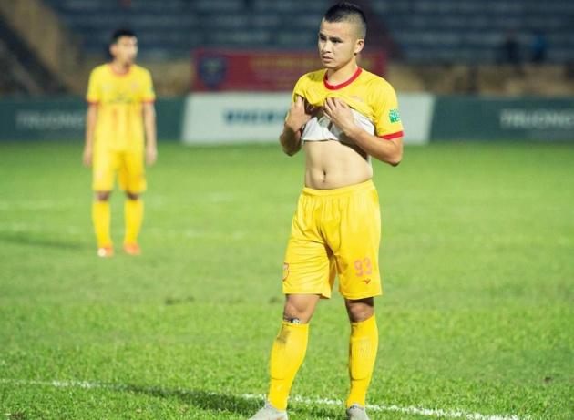 Tiền vệ Lê Sỹ Minh băn khoăn về tương lai tại CLB Nam Định - Bóng Đá