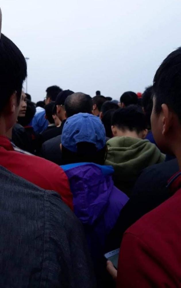 Chùm ảnh: NHM xếp hàng dài, chờ từ đêm để mua vé trận Việt Nam - Malaysia - Bóng Đá