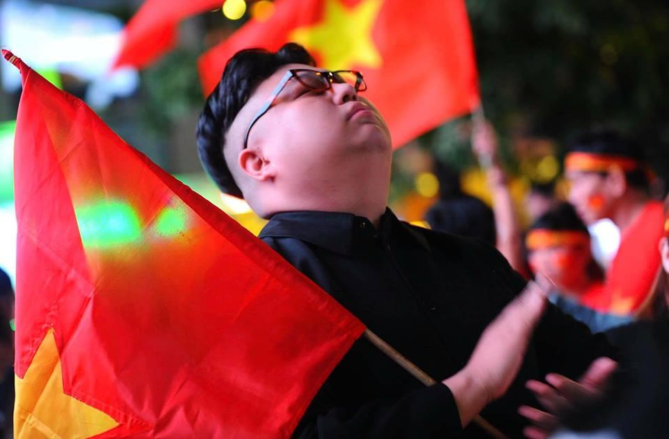 Dòng CĐV Việt Nam tại Hà Nội xuất hiện một nhân vật