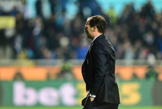 Bị đuổi lên khán đài, HLV Juventus phản ứng đầy bất ngờ - Bóng Đá
