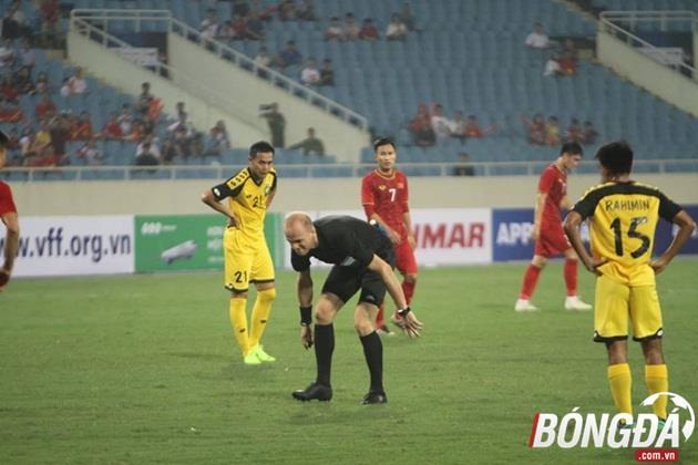Hài hước: Trọng tài trận U23 Việt Nam nằm sân, phải nhờ sự chăm sóc của nhân viên y tế - Bóng Đá