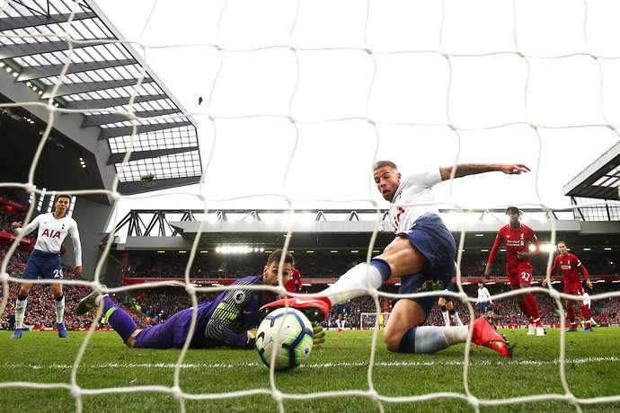 SỐC! Alderweireld không muốn phá bóng, dâng bàn thắng cho Liverpool - Bóng Đá