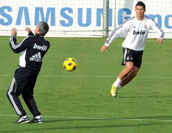 'Ronaldo tập với chúng tôi như với con anh ta vậy' - Bóng Đá