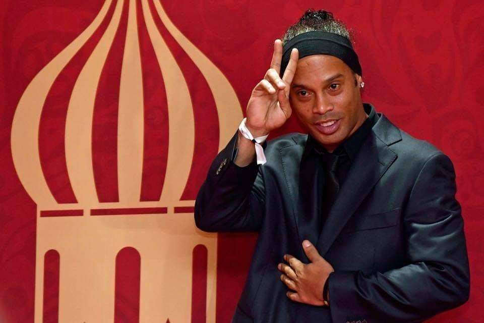 When Ronaldinho signed for Flamengo in 2011, he demanded a clause that allowed him to go to nightclubs 2 nights per week - Bóng Đá