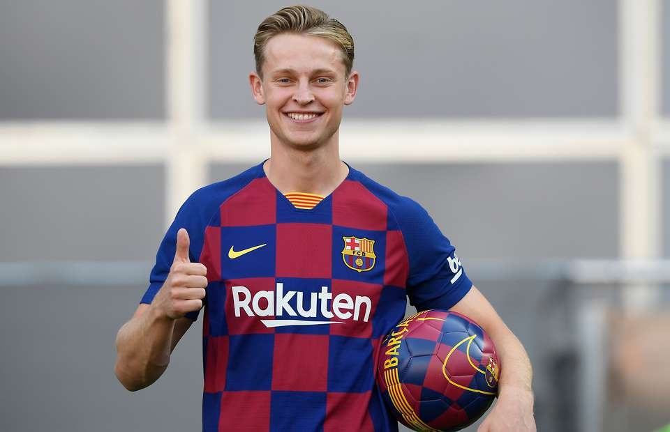 Frenkie de Jong made some kids look like Modric and Vinicius during Barça presentation - Bóng Đá