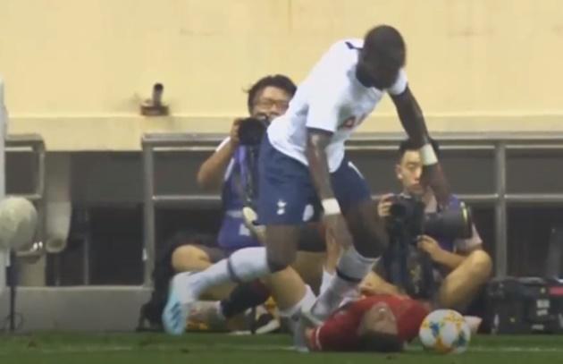 Khủng khiếp! Cầu thủ Tottenham tiếp tục bỏ bóng đá người Man Utd - Bóng Đá
