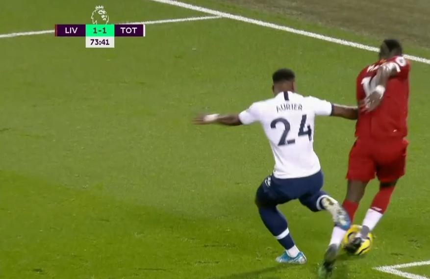 'Khi cậu ta phòng ngự, bạn luôn thấy trước thẻ vàng, thẻ đỏ hoặc penalty' - Bóng Đá