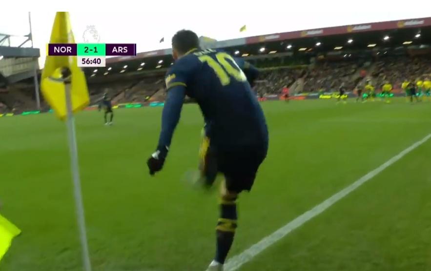 'Bạn có thể thấy Ozil đi thẳng về phía CĐV Norwich' - Bóng Đá