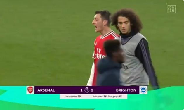 Mesut Ozil fumes at Per Mertesacker as he leaves pitch after Arsenal's Brighton loss (Lacazette) - Bóng Đá