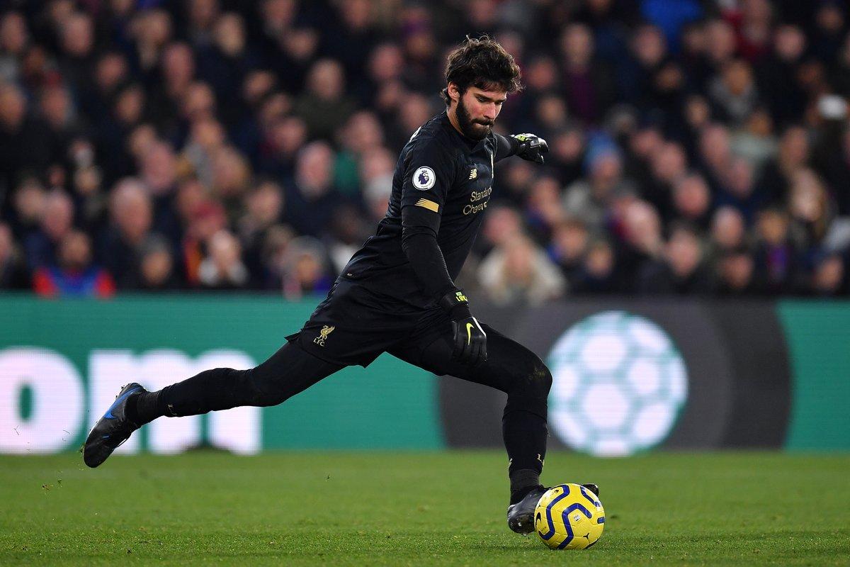 'Salah cởi phăng áo và người đầu tiên chạy đến là Alisson' - Bóng Đá