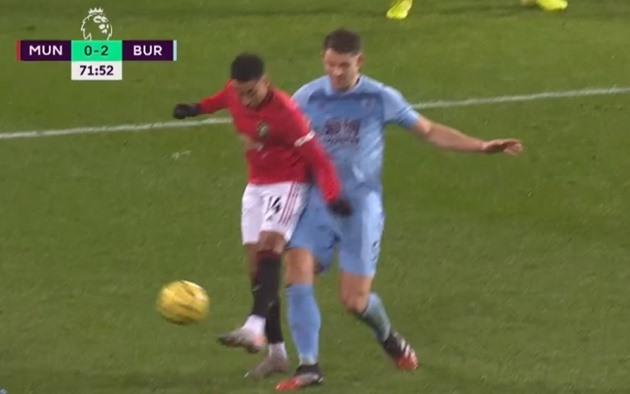 Man Utd đang thua, Lingard vẫn cố diễn trò trên sân - Bóng Đá