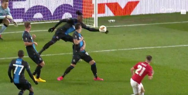Vì sao trọng tài 'đuổi thẳng cổ' cầu thủ Brugge? - Bóng Đá