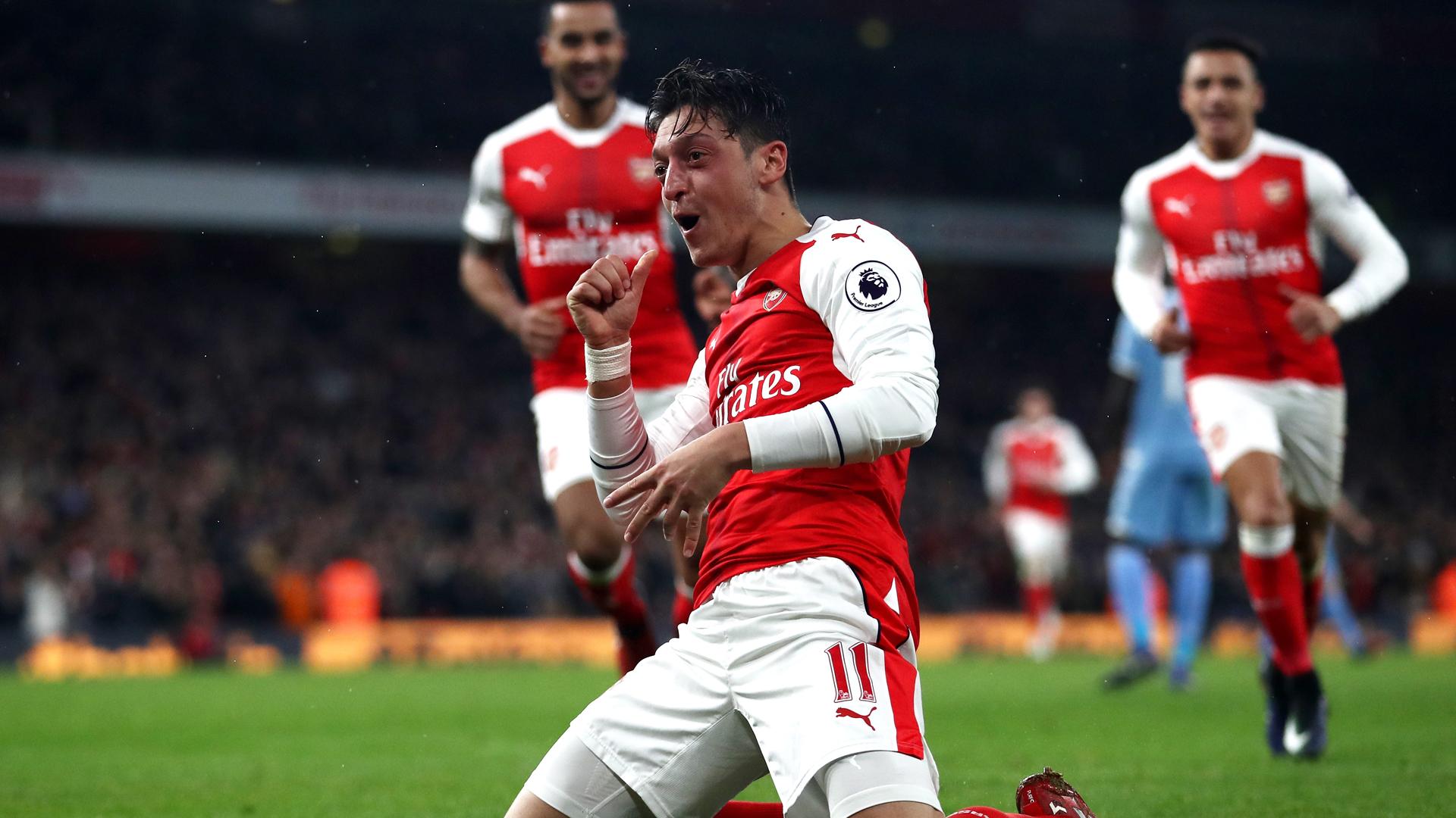 Ozil ở lại Arsenal: Nỗi lòng túng quẩn của một gã