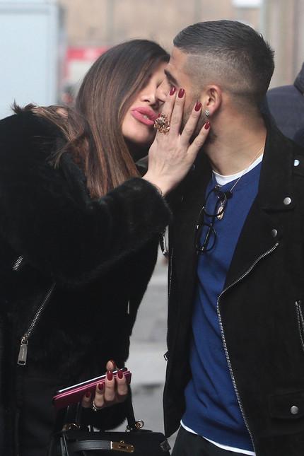 Ngọt ngào khoảnh khắc Insigne hôn vợ bất chấp trên phố - Bóng Đá