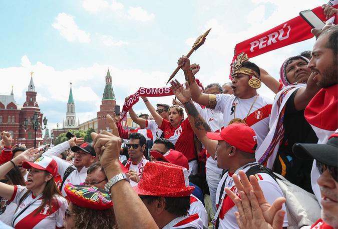 CĐV tứ xứ biến Moscow thành 'đại hội sắc màu' trước thềm khai mạc World Cup - Bóng Đá